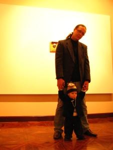 Eu e papai na exposição da tia Ro