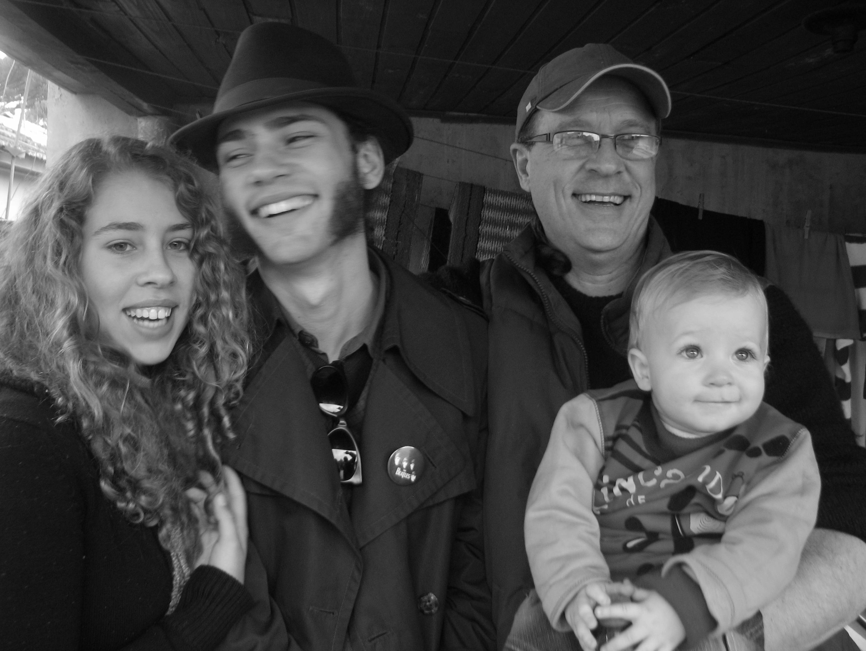 Pai Gelson com seus três rebentos: Ana Beatriz, Yan Sol e Francisco Terra